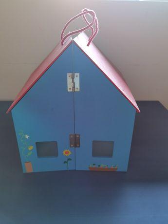 Casa de madeira com acessórios de madeira