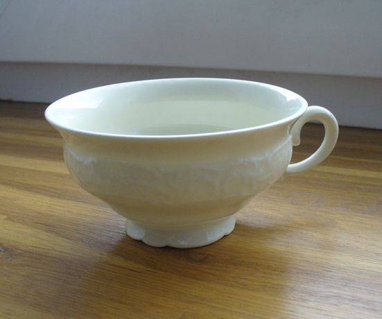 Stara klasyczna filiżanka porcelanowa biała PRL