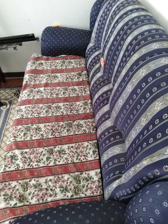 Um sofá cama de três lugares