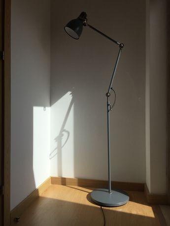 Candeeiro de pé de leitura Ikea modelo Arod cinzento
