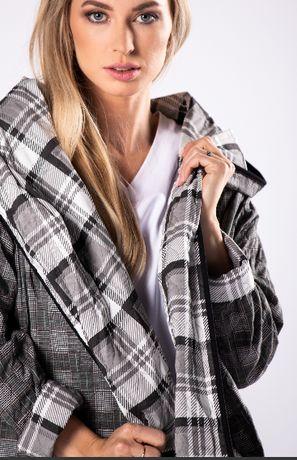 Oversize'owy płaszcz w kratę z kapturem i kieszeniami z przodu