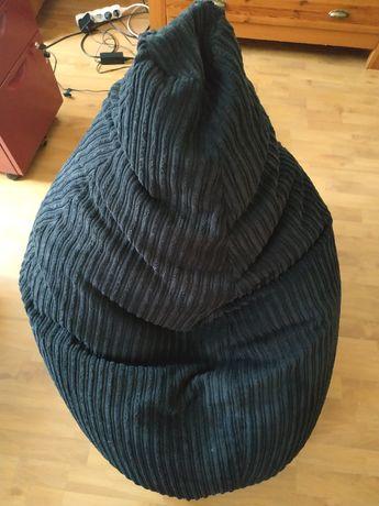 Czarna pufa z granulatem