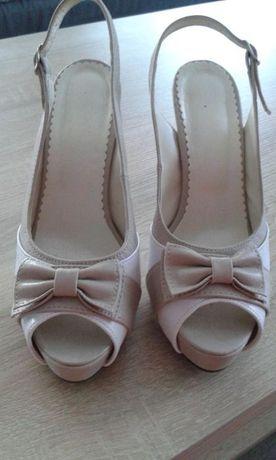 Sandały na szpilce w bardzo dobrym stanie rozmiar 39 beżowe