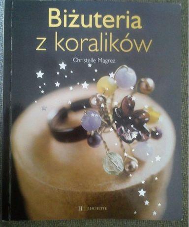 Zestaw do robienia biżuterii. Narzędzia, koraliki, książka.