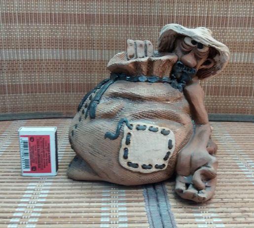 Копилка для денег из керамики.