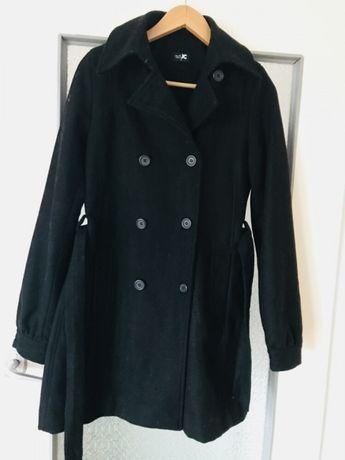 Klasyczny czarny płaszcz