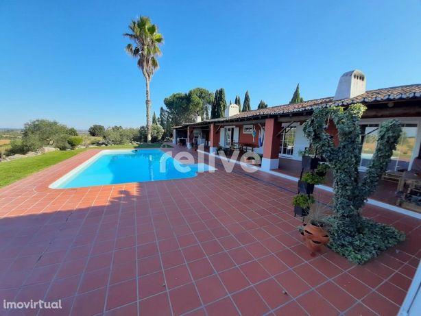 Quinta com 9200 m2, piscina, garagem e vista de campo