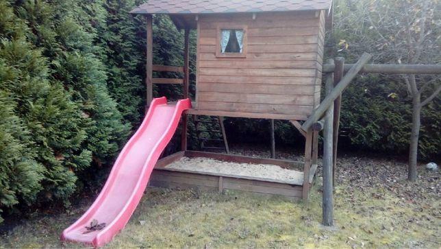 Domek ogrodowy z placem zabaw i huśtawkami