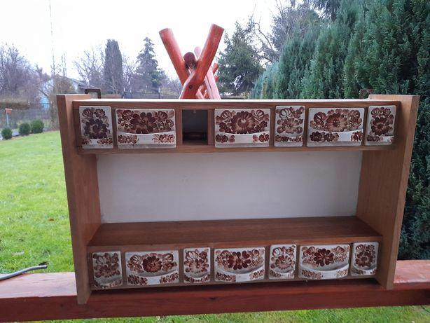 Stara szafka wisząca z ceramicznymi szufladkami