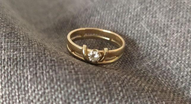 Золотое кольцо с брелиантом