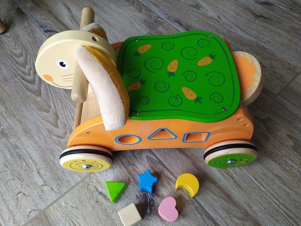 Jeździk królik, dla rocznego dziecka, drewniany, z klockami