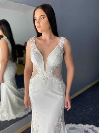 Свадебное платье-русалка со шлейфом и французким кружевом шантильи