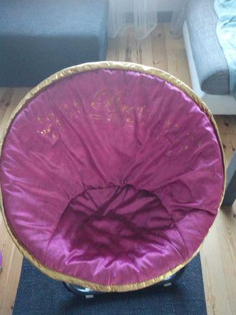 Krzesełko, fotelik rozkładany dla dziewczynki.