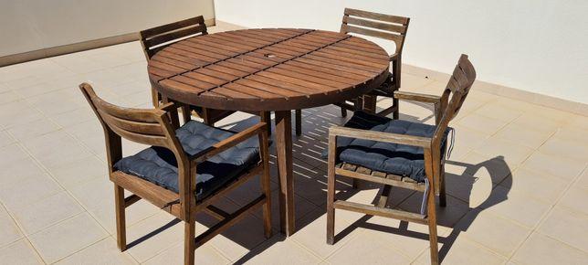 Conjunto mesa redonda e cadeiras
