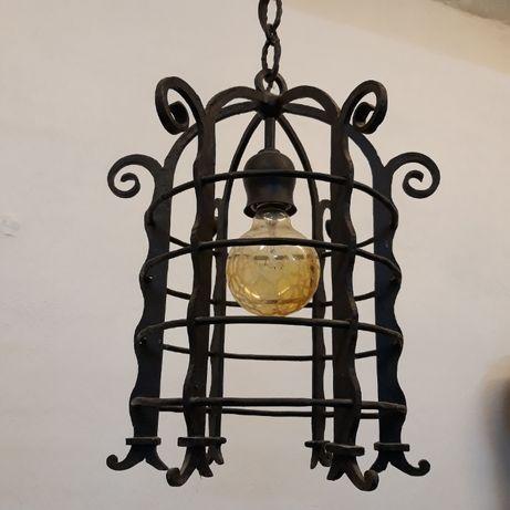 Zabytkowa lampa sufitowa kuta z szybkami, żyrandol