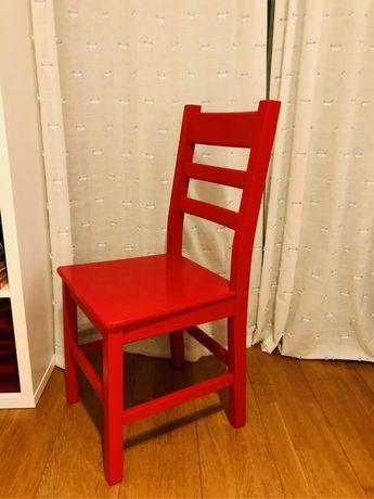 Cadeira de madeira na cor vermelho