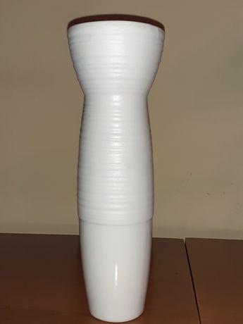 Jarra branca em cerâmica com algum relevo(estilo moderno)