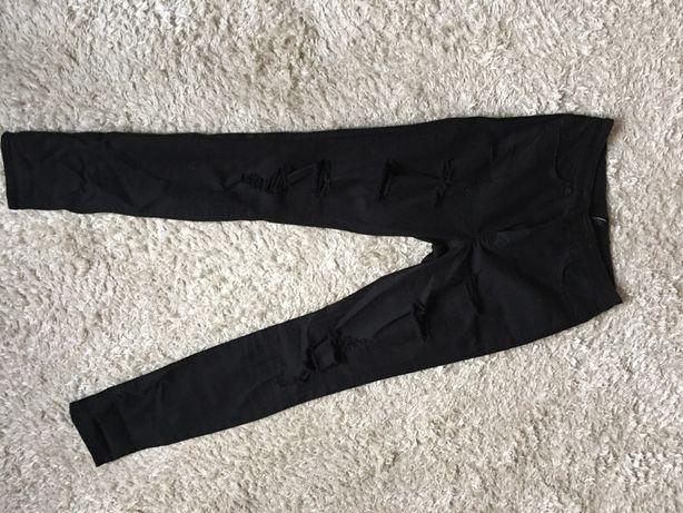 Czarne spodnie z dziurami z wysokim stanem
