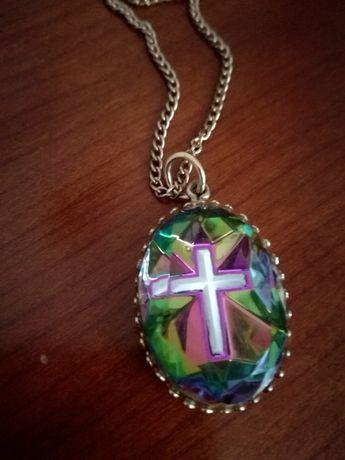 Magnífico colar vintage com pendente em vidro lapidado e efeito vitral