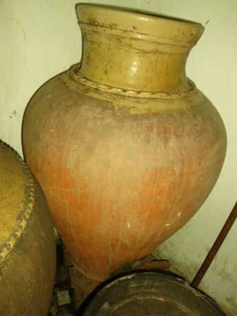2 Talhas de barro com experiência na produção de vinho
