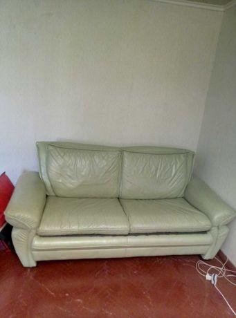 Диван кожаный раскладной и 2 кресла. Комплект б.у