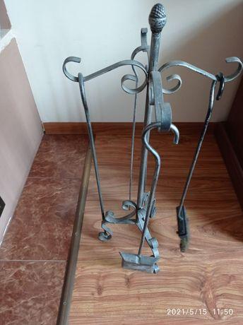 Sprzęt metalowy do obsługi kominka