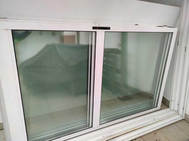 Caixilharia com portas de correr de vidro duplo