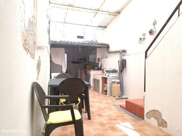 Casa tradicional no centro de Olhão com quintal e açoteia