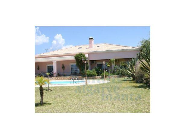 Moradia isolada com grandes dimensões, piscina privada, g...