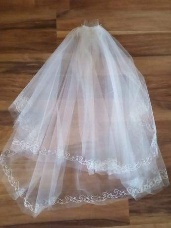 biały welon ślubny
