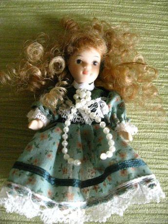 кукла фарфоровая в зеленом платье