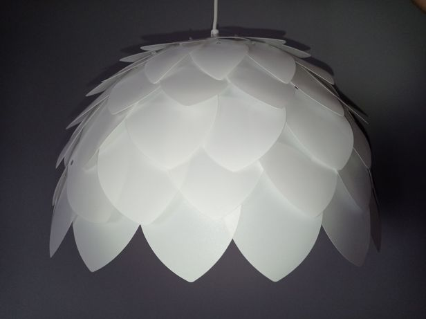 Biała lampa sufitowa