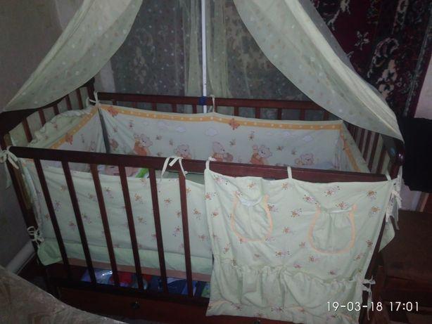 Детская кроватка с видвижной полочкой для вещей
