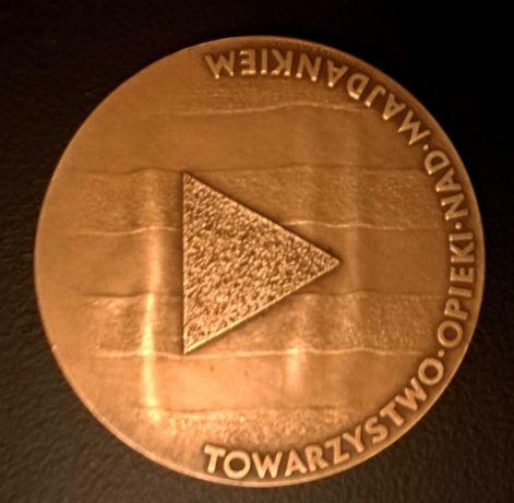 Medal   wreczany ludziom pomagajacym wiezniom na Majdanku