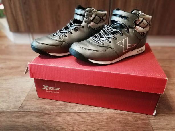 Демисезонные кроссовки Xtep