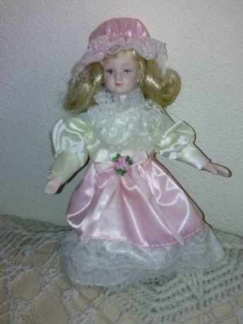 4 Bonecas em porcelana uma barbie e uma da madeira