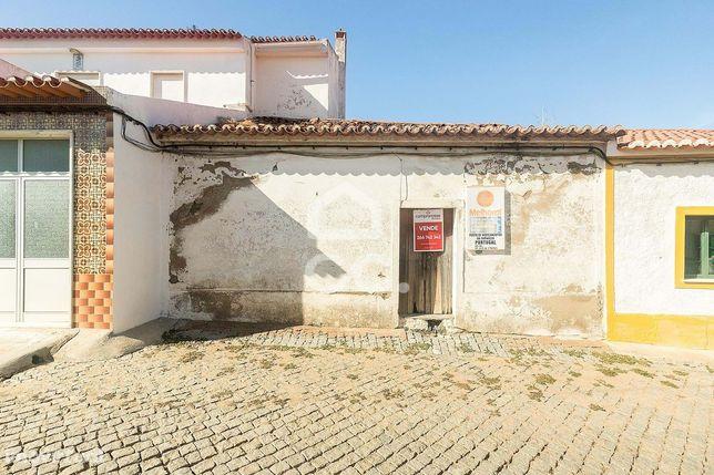 Casa de aldeia com quintal para recuperar | Granja (Mourão)