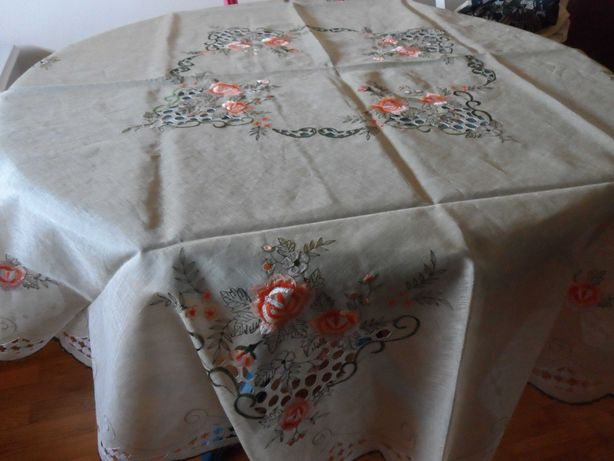 Toalha de mesa redonda bordada