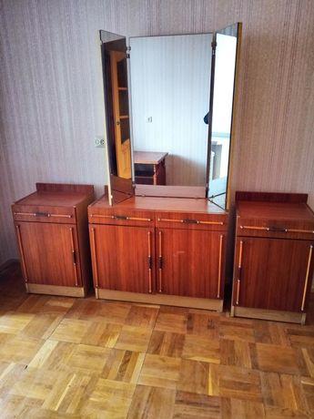 Продам Шкаф с антресолями трехдверный, тумбочки прикроватные