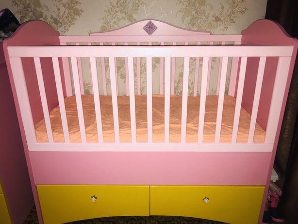 Детская розовая мебель деревянная кроватка с ярким комодом