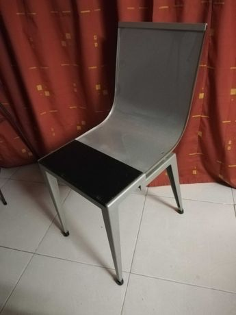 Cadeira com revestimento de acrílico