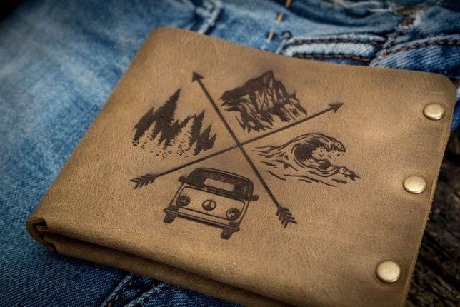 Мужское портмоне кошелек TRAVEL с рисунком, с гравировкой ТатуНаКоже