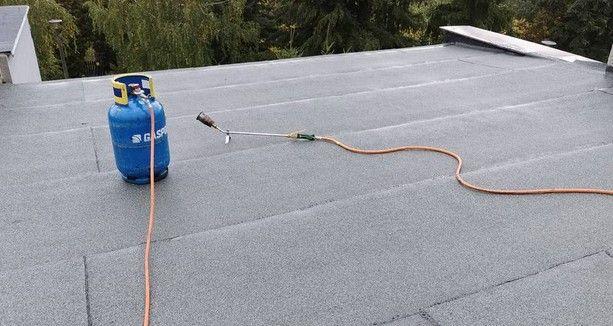 Usługi dekarskie , Krycie i naprawy dachów papą termozgrzewalną