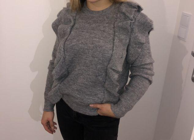 Szary sweterek z falbankami
