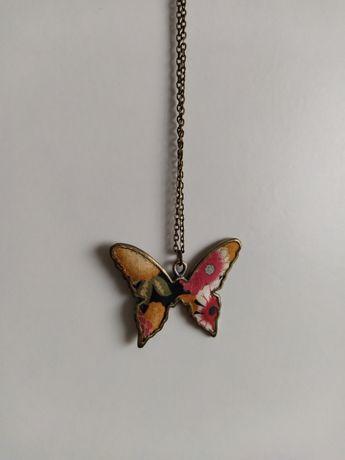 Colar com pendente borboleta