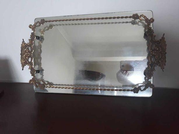 Bandeja antiga, vintage,  de metal com fundo de espelho