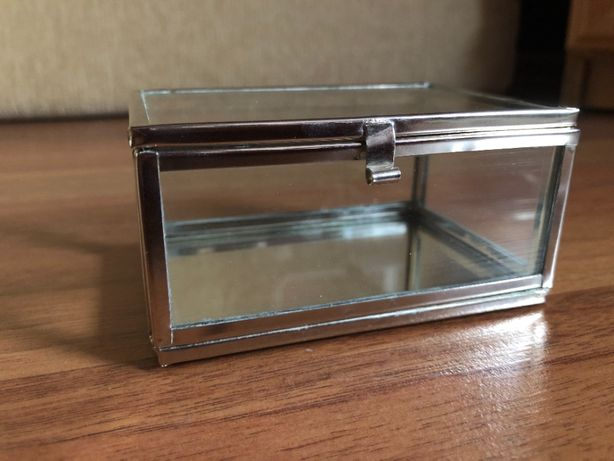 Mała szkatułka szklana srebrna na obrączki