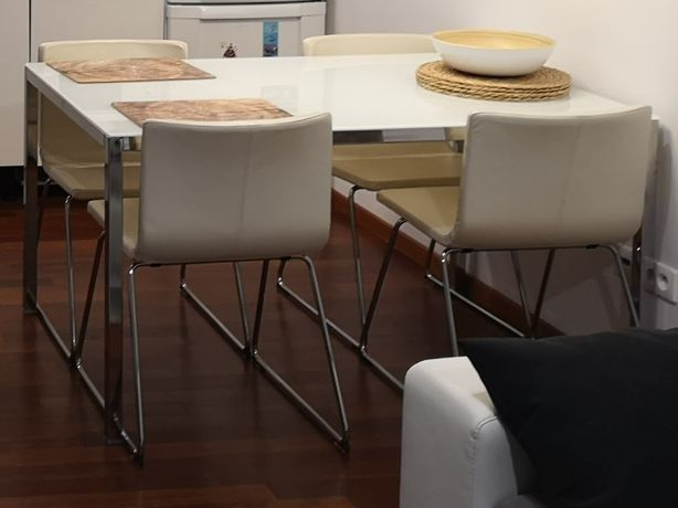 Stół chrom/szkło TORSBY + 4 Krzesła skóra BERNHARD - IKEA