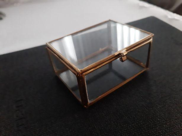 Złota szkatułka na obrączki