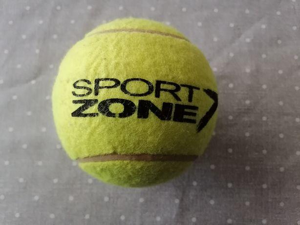 Bola ténis e mola de grandes dimensões